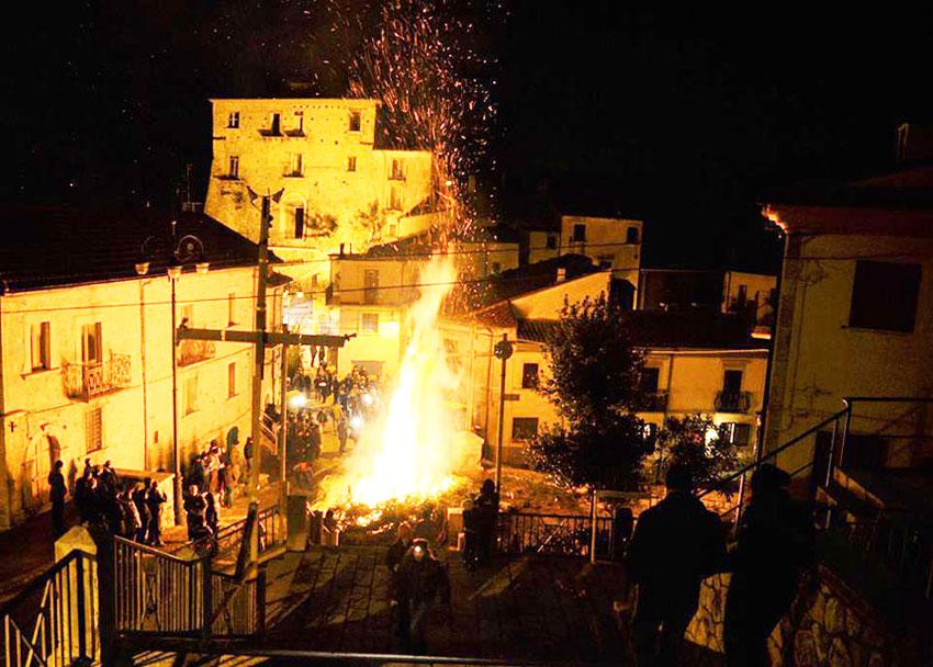 Acquaviva d'Isernia: il fuoco dei ginepri di Sant'Anastasio illumina il paese. Anche quest'anno tradizione rispettata.