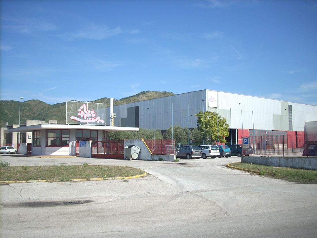 Grave incidente sul lavoro nel nucleo industriale di Pozzilli, 27enne rimasto schiacciato da un camion.