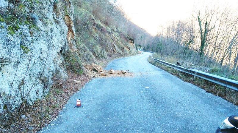 """Filignano: frana la strada sulla provinciale che conduce alla frazione Lagoni. Automobilisti e residenti inviperiti. """"E' ora di intervenire""""."""