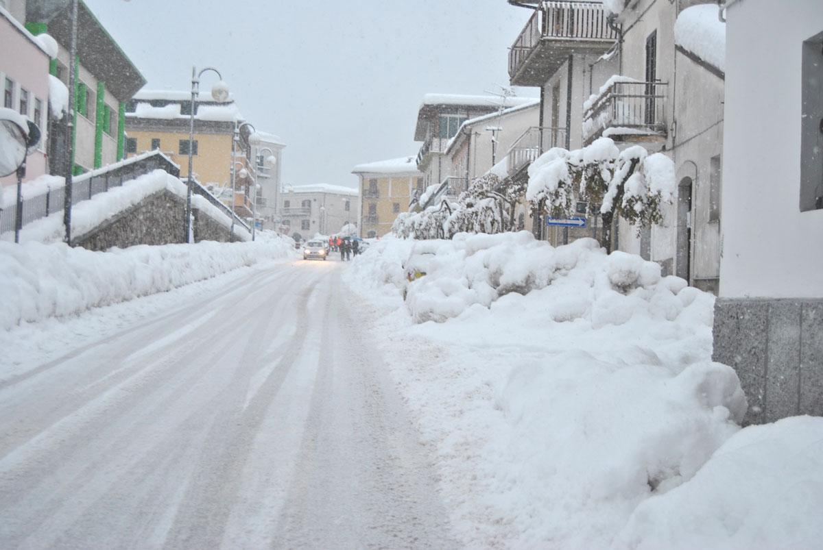 Meteo: addio al caldo, dal fine settimana arriva la neve anche a quote basse. La Protezione Civile dirama l'allerta per il forte vento.