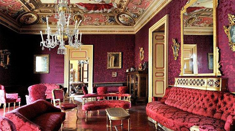 Venafro: al palazzo Del Prete vendita di abiti ed accessori a sostegno della parrocchia Santa Maria di Scampia.