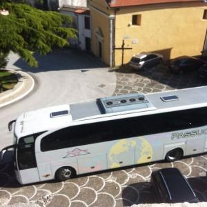 Autobus di turisti giunto in paese