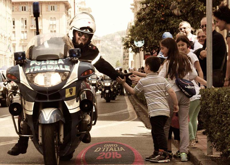 La 101° edizione del Giro d'Italia accompagnata dalla Polizia Stradale.