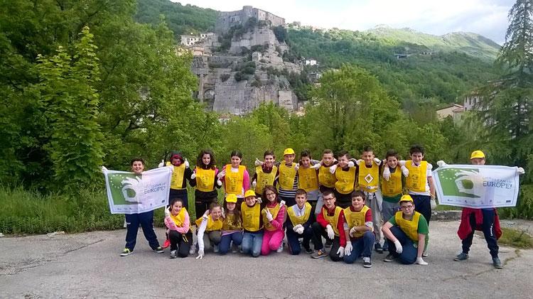 """Cerro al Volturno: """"Ricicliamo"""" Cerro, i bambini della scuola media ripuliscono dai rifiuti le vie del paese."""