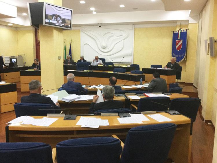 Legge elettorale: la maratona notturna in Consiglio regionale porta al collegio unico e all'abolizione del listino. Cambiano le vedute dei molisani
