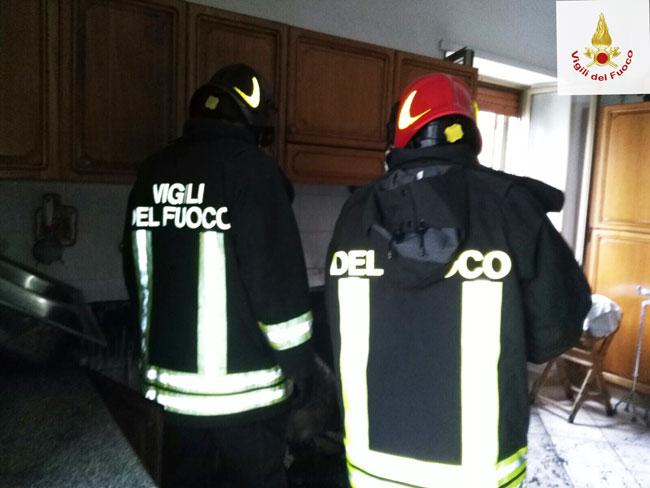 Castelpizzuto: Vigili del Fuoco impegnati nello spegnimento di un tetto di un edificio.