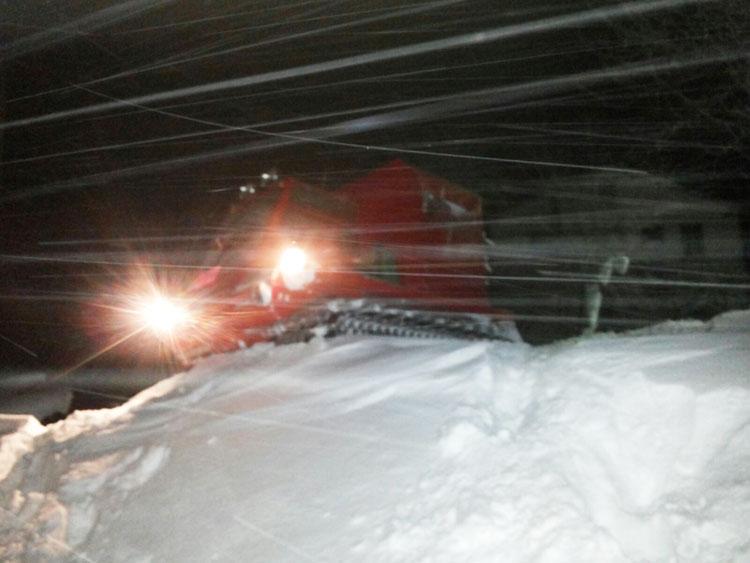 Isernia: i Vigili del Fuoco trasportano con gatto delle nevi medicinali e viveri a 50 famiglie isolate a Schiavi d'Abruzzo.
