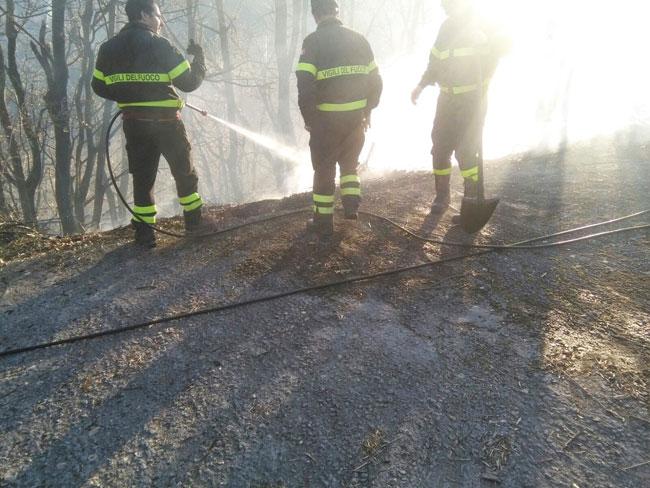 Montaquila: fiamme sulla statale 158 nei pressi del centro commerciale I Melograni. Vigili del Fuoco in azione.