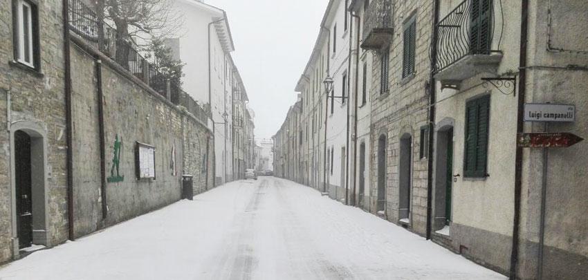 Temperature a picco. La Provincia di Isernia sferzata da vento e neve. In Alto Molise la neve sta cadendo in maniera abbondante.