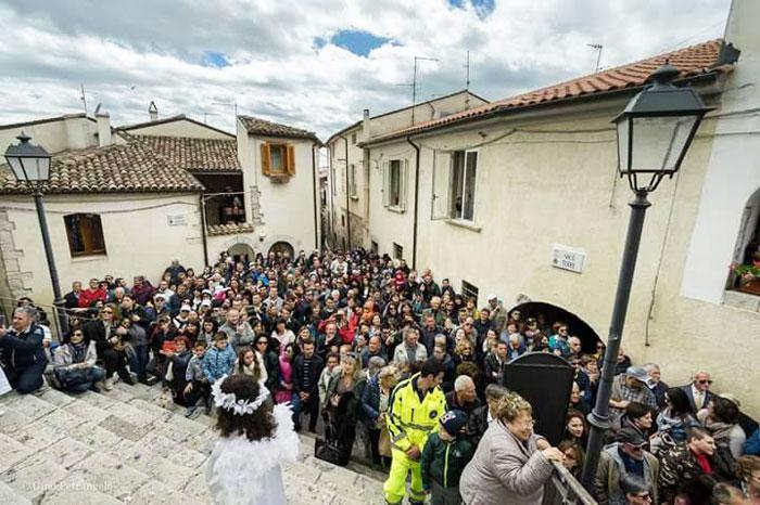 Fornelli: Pasquetta al Borgo, appuntamento imperdibile lunedì 22 aprile. Verrà riproposta ai fedeli la Discesa dell'Arcangelo.
