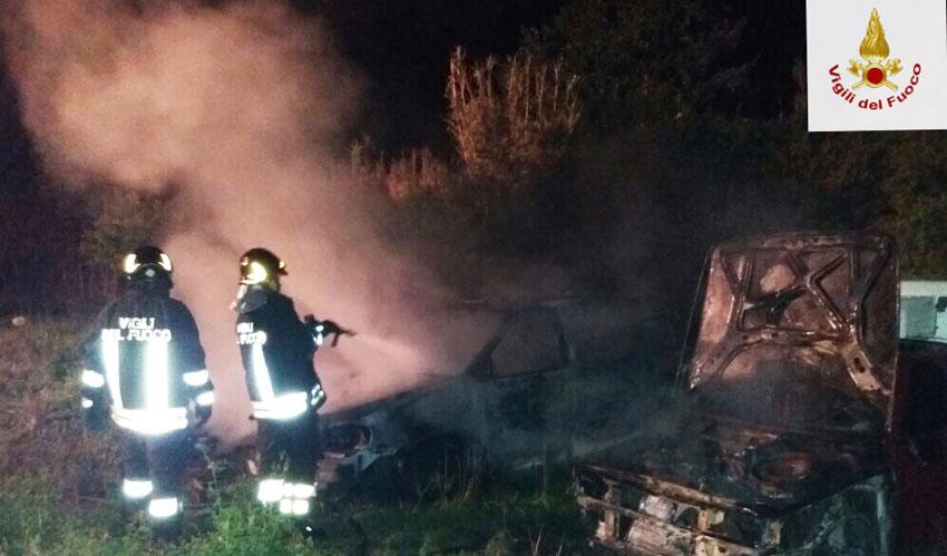 Isernia: vanno a fuoco cinque auto nella notte. Diversi gli interventi dei Vigili del Fuoco per spegnere i roghi.