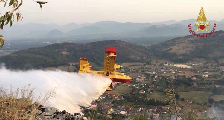 Isernia e Provincia: proseguono gli interventi dei Vigili del Fuoco sui vari fronti del fuoco. In azione diversi mezzi aerei.