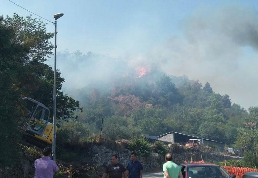 Montaquila: bruciano ancora le montagne intorno al paese. Nella serata di ieri situazione difficilissima. Canadair in azione da 12 ore ininterrotte.