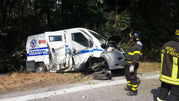 Santa Maria del Molise: furgone blindato si schianta e finisce fuori strada. Intervento difficilissimo dei Vigili del Fuoco di  Isernia. Cinque i feriti nello scontro.