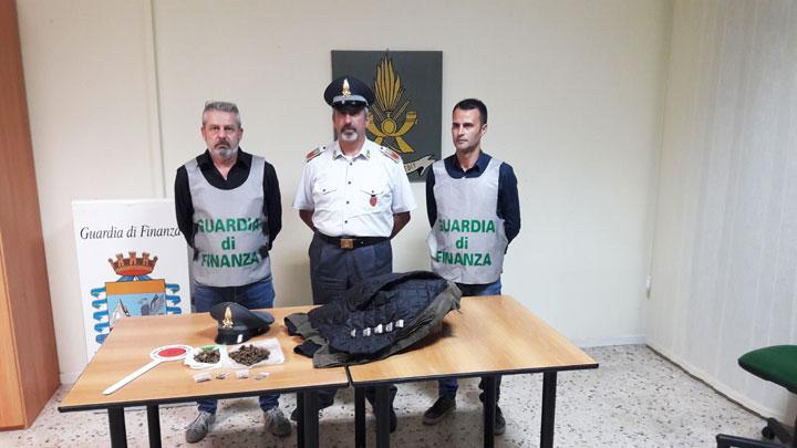Isernia: la Guardia di Finanza arresta un giovane pusher stranieri e sequestra 16 dosi di marijuana già pronte per essere messe in commercio.