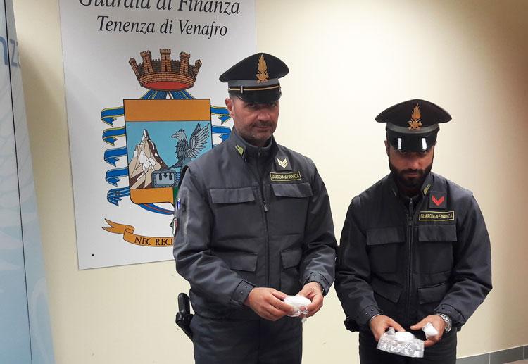 Statale 85 Venafrana: la Guardia di Finanza arresta un corriere con un etto e mezzo di cocaina.