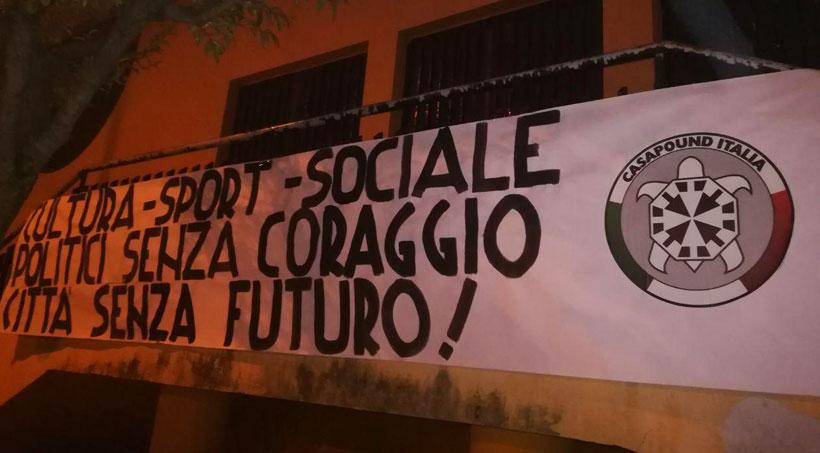 """""""Isernia: 'politici senza coraggio, città senza futuro', striscione di CasaPound Italia contro l'amministrazione cittadina."""