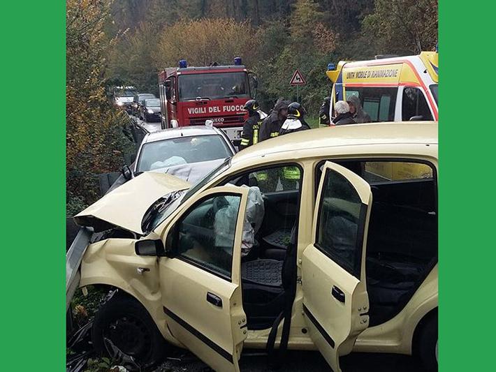 Capriati al Volturno: frontale tra due autovetture in direzione Capriati. L'incidente avvenuto questa mattina. Provvidenziale l'intervento dei Vigili del Fuoco distaccamento di Venafro.