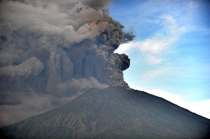Indonesia: il Vulcano Agung fa paura. Voli bloccati e tensione tra la popolazione. L'Archeologo molisano Michele Raddi avrebbe dovuto far rientro in Italia.