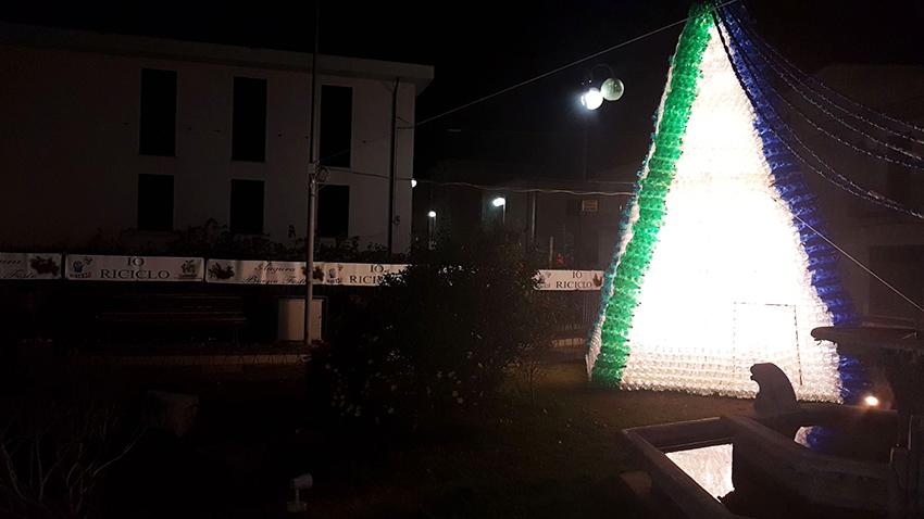 """Un Natale ecologico in città. Acceso nella serata di ieri il mega albero realizzato con le bottiglie di plastica dall'associazione """"Pianeta Terra Onlus""""."""