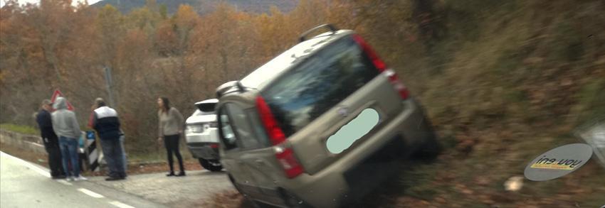 """Montaquila: pauroso incidente sulla statale 158 """"Valle del Volturno"""". Utilitaria esce fuori strada. Nessun ferito ma urto violento."""