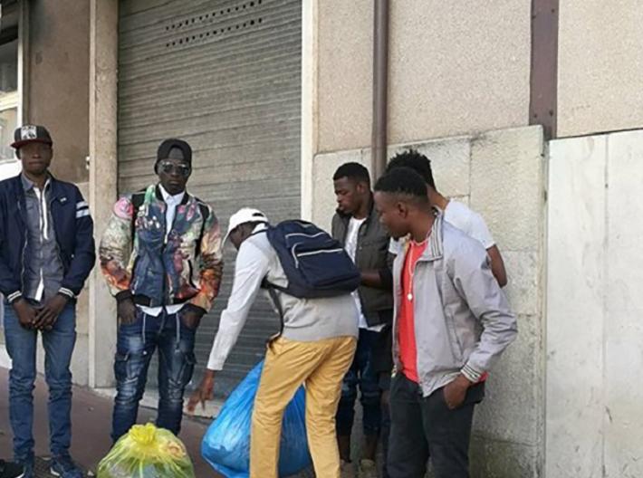 """Isernia: I migranti protestano dinanzi la Prefettura. """"Siamo pronti a dormire qui per notti se non ci danno i pocket money""""."""