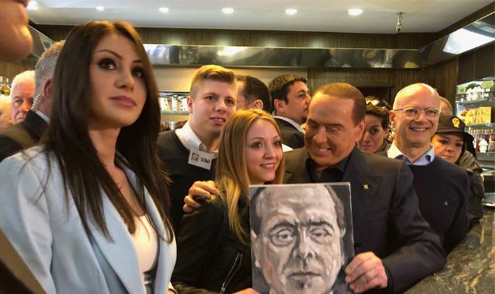 Campobasso: Berlusconi fa colazione in centro e la folla lo assale. A breve l'incontro con i cittadini ad Isernia.