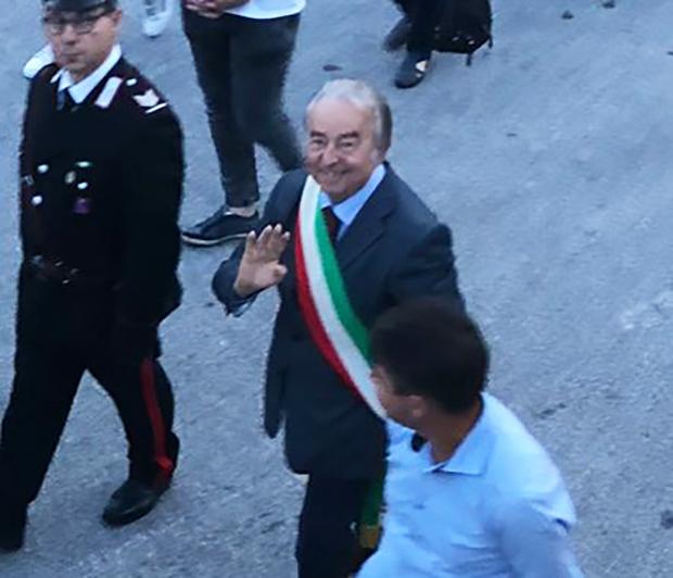 Montaquila: il sindaco uscente Franco Rossi si congratula con il neo primo cittadino Marciano Ricci e si congeda ufficialmente dai suoi concittadini.