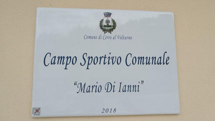 """Cerro al Volturno: il campo sportivo è dedicato ufficialmente alla memoria del compianto """"Mario Di Ianni"""". Nei giorni scorsi sistemata la targa ricordo in onore dell'illustre uomo politico cerrese."""