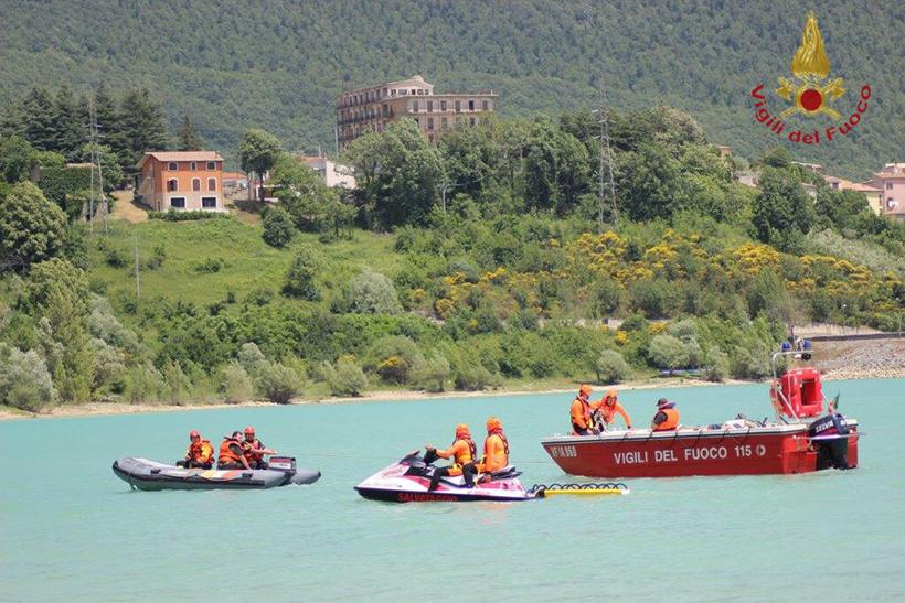 I Vigili del Fuoco si esercitano sul lago di Castel San Vincenzo per il soccorso di dispersi in lago.