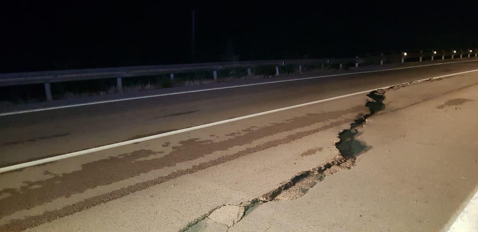 Crepe sull'asfalto sul viadotto che corre sull'invaso del Liscione. Controlli ancora in corso. Le foto in anteprima della nostra redazione.