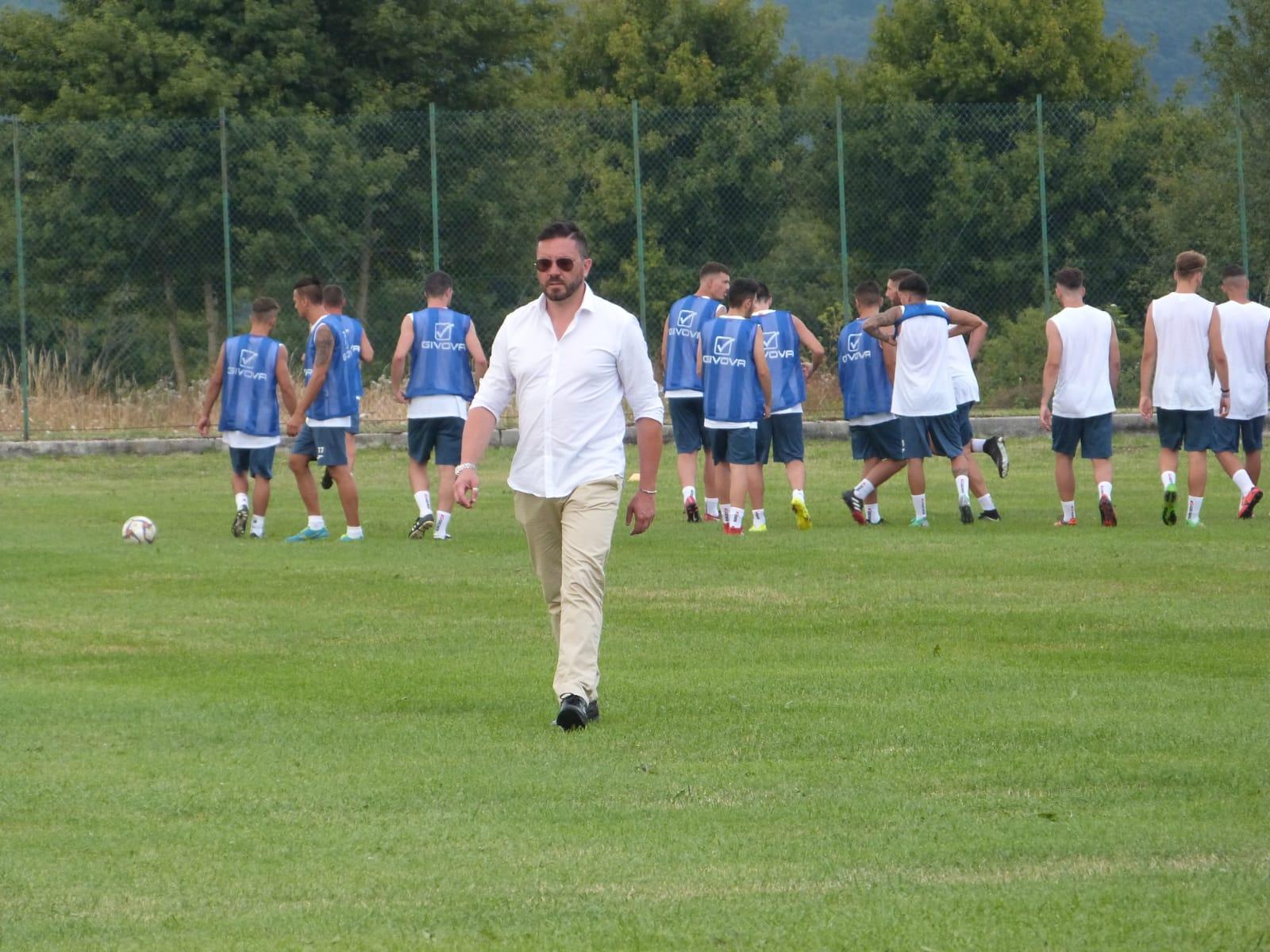 """Vastogirardi: """"Contro l'Ururi grinta e concentrazione"""". Torna in panchina mister Farina dopo l'infortunio in allenamento. Il commento del Direttore Sportivo Antonio Crudele."""