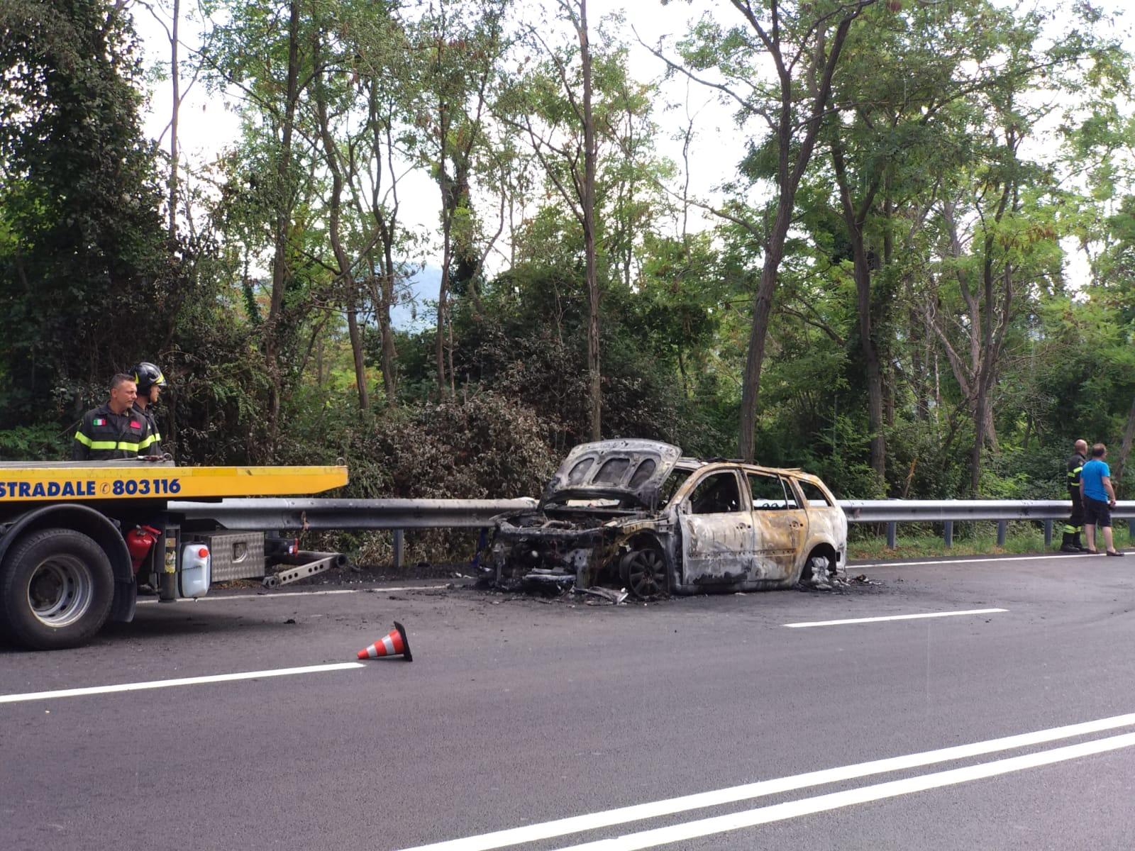 Rionero Sannitico: paura sulla statale, va a fuoco Renault Megane, conducente salvo per miracolo.