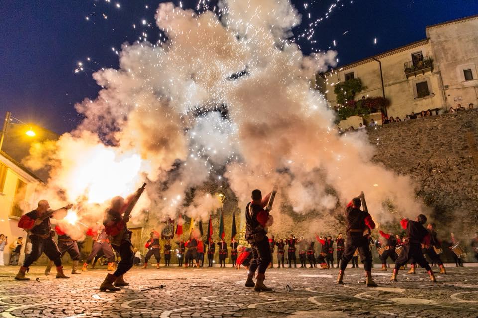 Le Giornate al Borgo di Fornelli incantano. In migliaia hanno assistito all'assalto alle Mura e all'incendio del Castello.