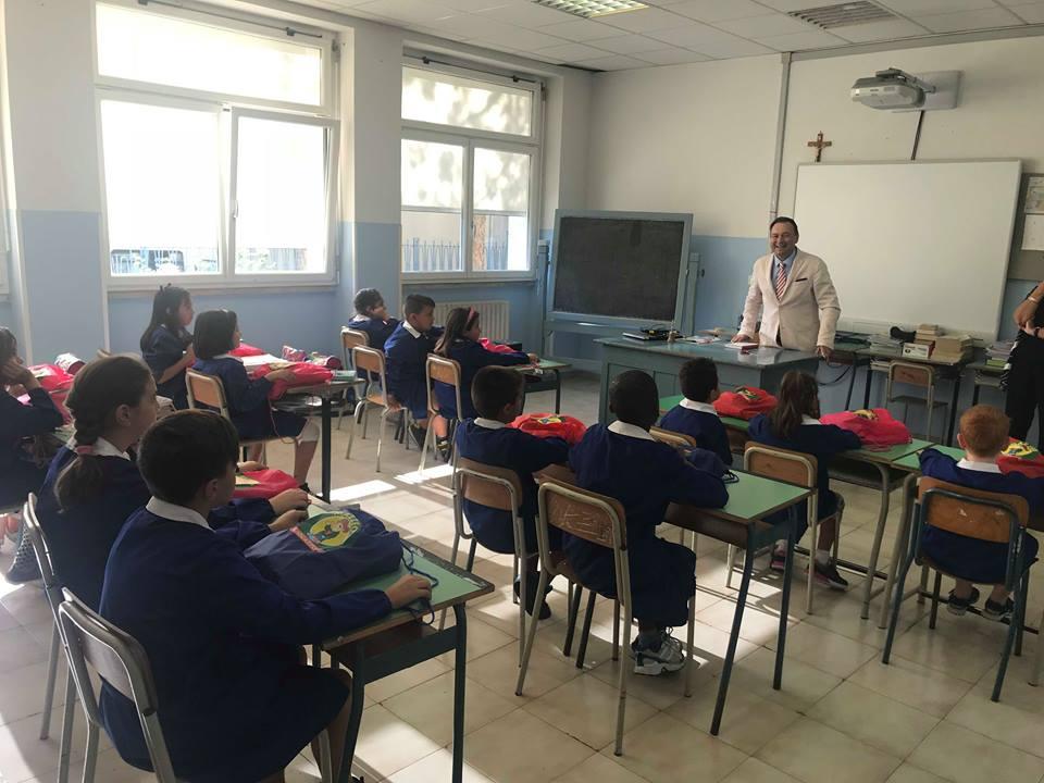 Filignano: Giovanni Bucci dona materiale scolastico agli alunni di Filignano. Il nobile gesto del presidente della Cassa Edile del Molise nella mattinata di ieri.