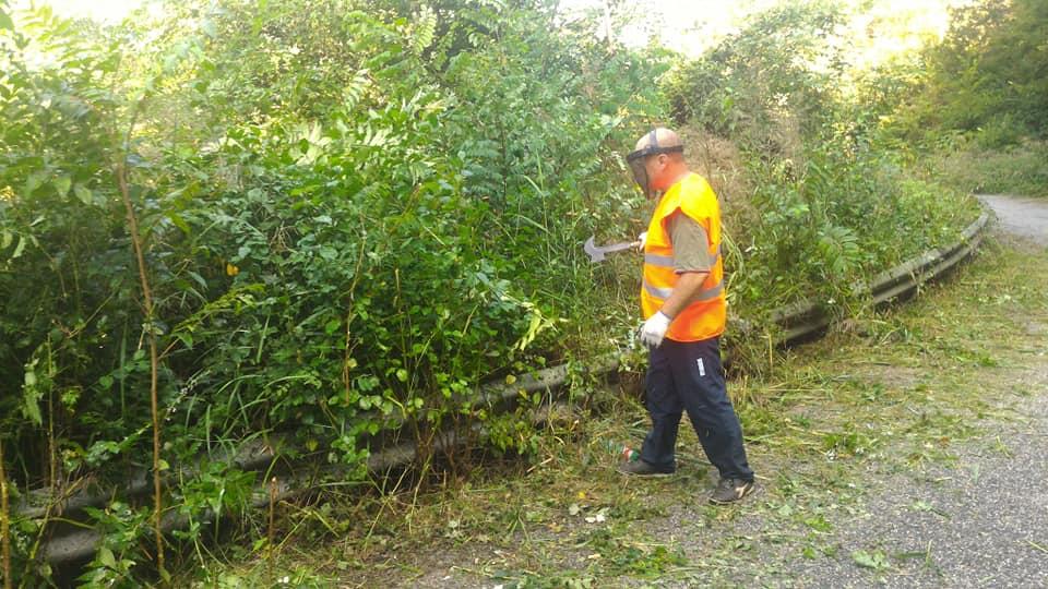 Scapoli: amministratori e volontari si prodigano per ripulire strade provinciali e comunali da erbacce infestanti ed arbusti.