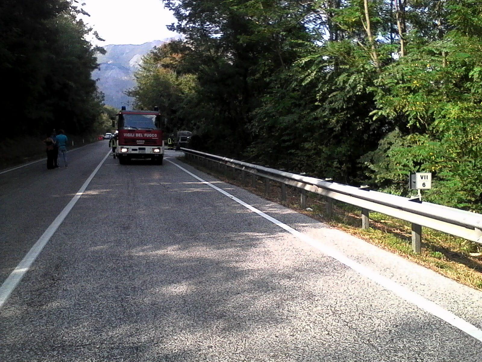 Roccapipirozzi: auto in fiamme sulla statale 85Venafrana. Vigili del Fuoco sul posto.
