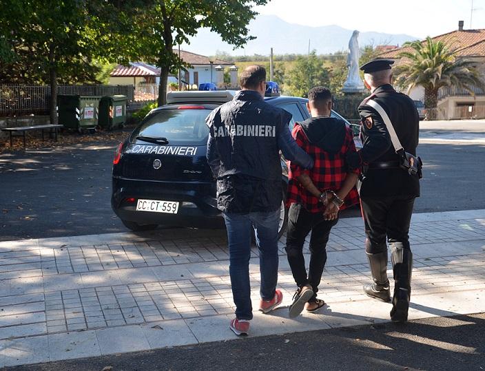 Blitz antidroga dei Carabinieri, pusher finisce in manette. Sotto sequestro numerose dosi di sostanze stupefacenti.