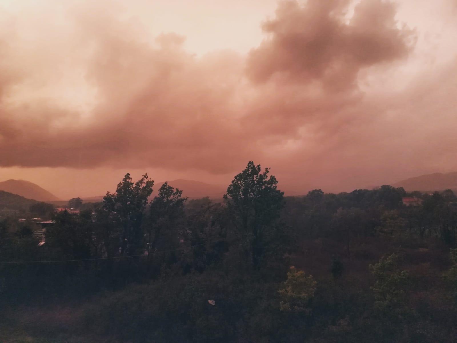 """Cronaca: il fenomeno del """"Cielo Rosa"""" inonda la provincia di Isernia. In atto veri e propri nubifragi."""