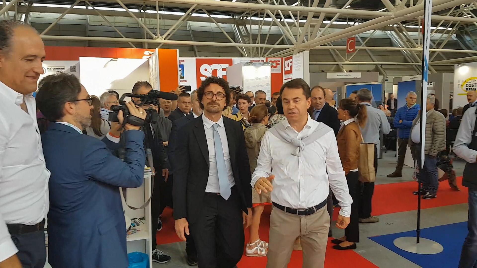 Il Ministro Danilo Toninelli scopre al Saie di Bologna i nuovi calcestruzzi fotoluminescenti di Colabeton.