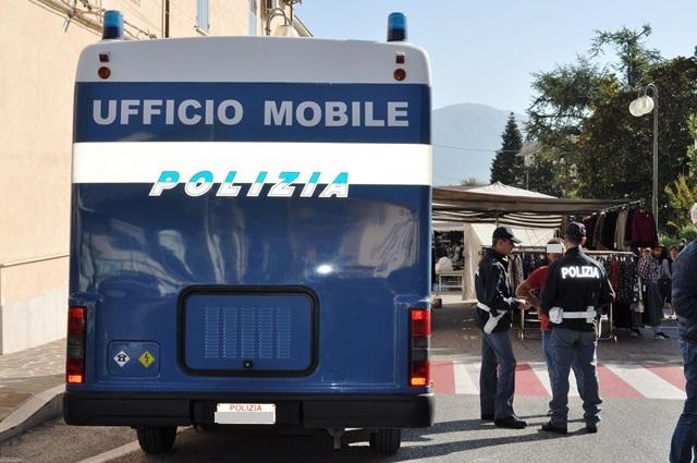 La Polizia di Stato a Venafro con il camper istituzionale.