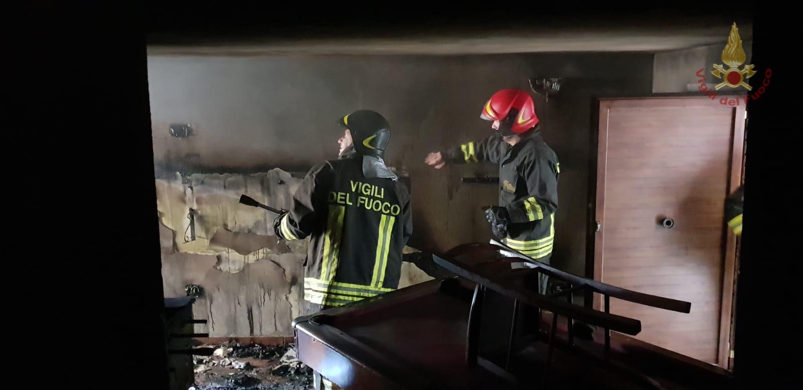 Sant'Elena Sannita va a fuoco una abitazione nel centro storico. Provvidenziale l'intervento dei Vigili del Fuoco di Isernia.