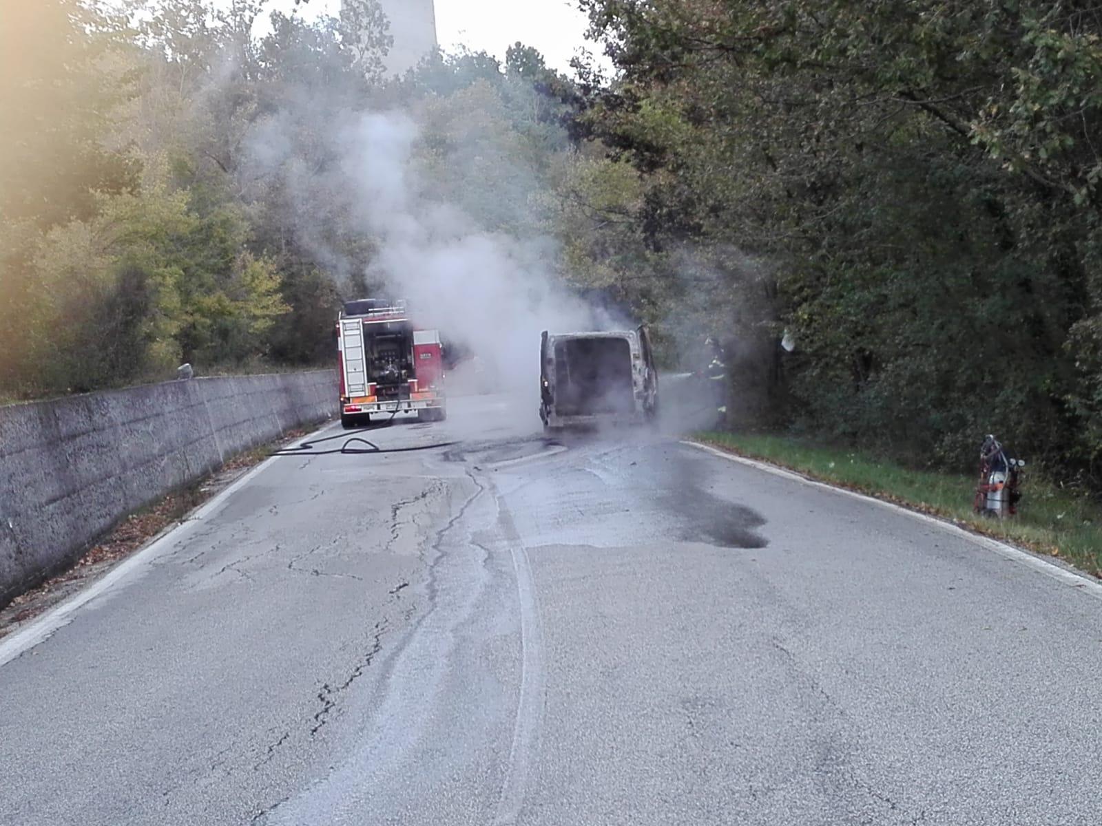 Cerro al Volturno: veicolo va a fuoco a pochi passi dall'ingresso del paese. Sul posto i Vigili del Fuoco.