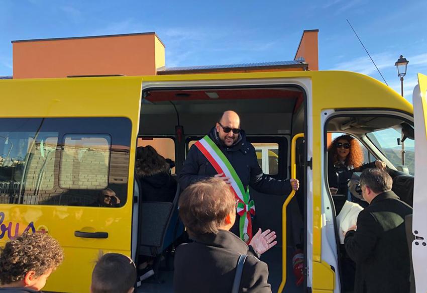 Fornelli il nuovo scuolabus entra in funzione dopo la benedizione di questa mattina.