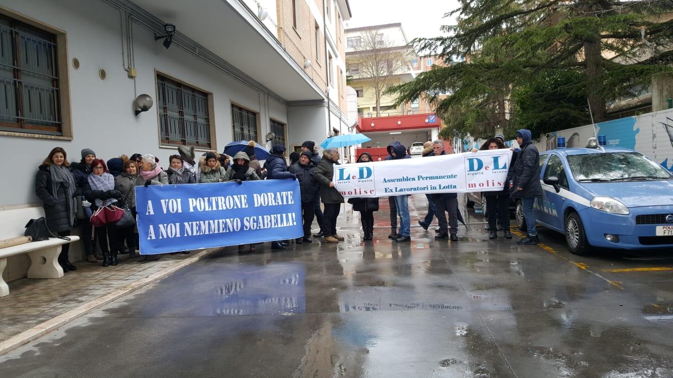 Campobasso: gli ex Lavoratori in lotta protestano dinanzi la Regione Molise. In ballo futuro e promesse non mantenute.