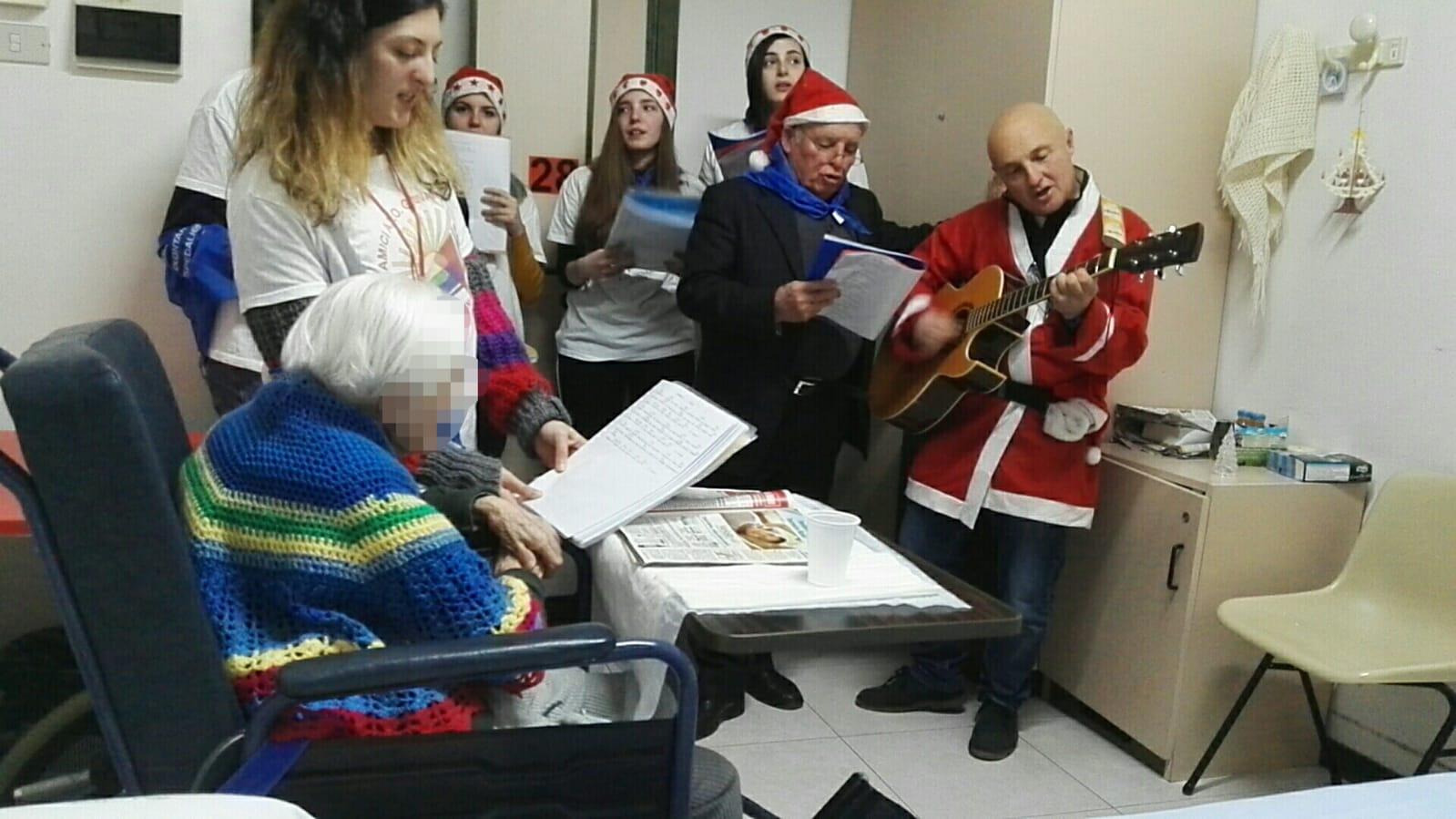 Feste trascorse con il sorriso per i pazienti del Veneziale e della Gea Medica grazie ai volontari dell'Avo.