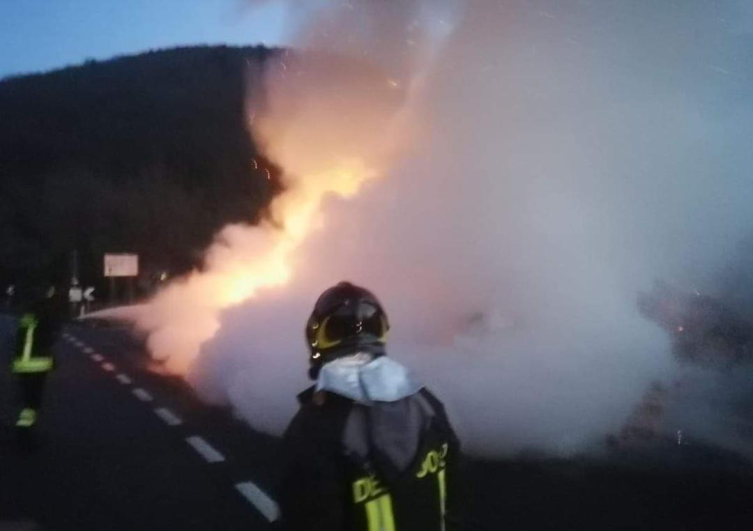 Ceppagna: furgone merci va a fuoco sulla Casilina. Intervenuti i Vigili volontari di Venafro