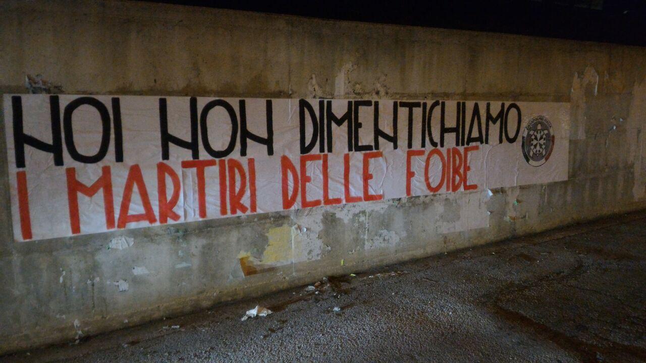 """""""NOI NON DIMENTICHIAMO I MARTIRI DELLE FOIBE"""". Questo il testo dello striscione che i militanti di CasaPound hanno affisso stanotte a Isernia."""