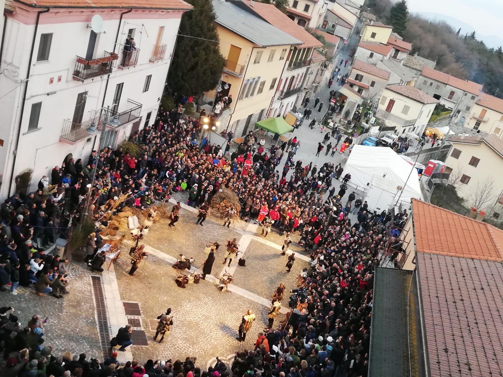 Gl'Cierv , a Castelnuovo pienone per la maschera della Valle del Volturno. Guarda il nostro servizio video