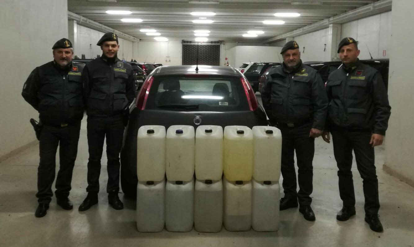 Sesto Campano: la Finanza sequestra un'autovettura con carico di alcool di contrabbando. Travata anche merce contraffatta e stupefacenti.